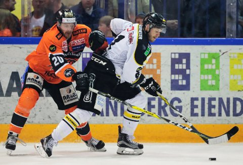 ASKER  20170407. Frisk Asker - Stavanger Oilers. Anders Bastiansen (t.v.) fra Frisk Asker og Tommy Kristiansen fra Stavanger Oilers under kampen i Askerhallen i Asker fredag kveld.
