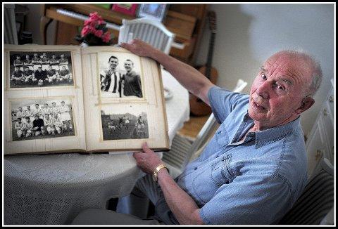 GODE MINNER: Rudolf Lunde har en stor utklippsbok med minner fra en lang og god fotballkarriere.