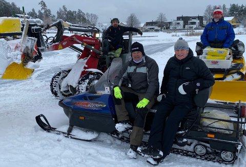 ILDSJELER: Disse ildsjelene jobbet tirsdag formiddag for at de skulle bli fine forhold for ski og skøyter på Tunevannet. Foran sitter Torgeir Bjercke (t.v.) og Aage Rishøi, mens bak på hver sin maskin ser vi Svein Olav Knatterud (t.v.) fra Kamperhaug og Per Fillingsnes.