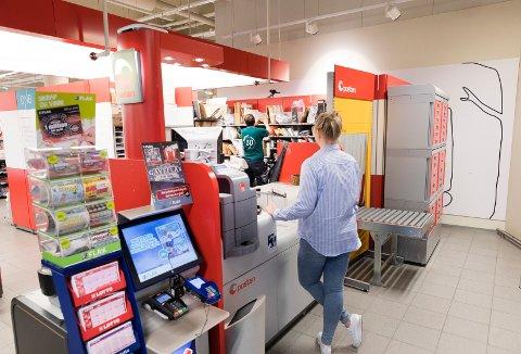 Post i butikk er en viktig funksjon i en nærbutikk. Nå står støtten til utviklingen av disse butikkene i fare.