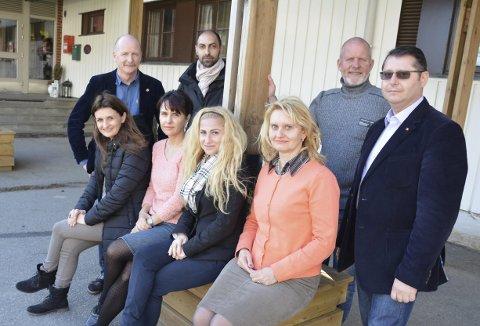BESØK: Direktør Terje Turøy og faglig leder Rune Hafstad hadde seks gjester fra Romania på besøk på rusinstitusjonen Phoenix Haga.