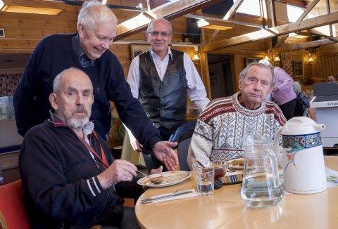 MIDDAG: Magnus Mysen (sittende t.v.) og Odd Kristian Gautestad er fornøyde middagsgjester hos velferdssentralen på Mysen. Avtroppende leder Oddvar Bjerke (stående t.v.) og påtroppende leder Ivar Ånesland kan konstatere at tilbudet settes pris på.