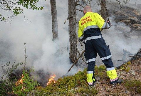 MYE RØYK: River ble brukt aktivt i kampen mot skogbrannen. Nå har brannmannskapet fått kontroll i Trøgstad.