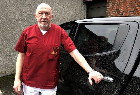 Kjetil Aakenes foran bilen som har fått store, kostbare lakkskader.