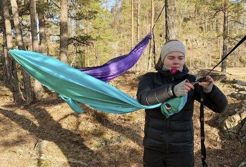OVERNATTER: Mia Kvithyll (17) overnatter også i skogen under denne perioden og anbefaler andre til å prøve det samme med hengekøyer.