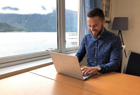 JOBBAR MED INTEGRERING: Victor Aguiar(30) jobbar hjå NAV Sogndal, og hjelper ungdom ut i arbeidslivet.