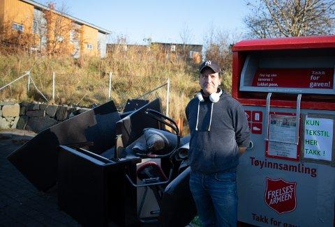 Fretex-sjåfør Birger Birgisson er ikke nådig overfor de som benytter seg av miljøstasjonen på Skadberg til å kvitte seg med overflødig søppel. Denne gangen er det sofaer og mer som må hentes og kjøres til IVAR for Fretex sin regning.