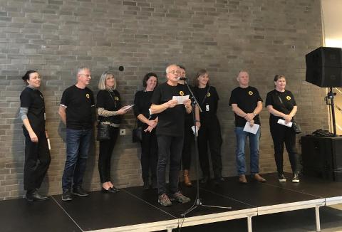 Seks mennesker født i 1954 sto sammen med ansatte fra kommunen for å snakke om samskaping.