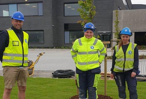 Geir Åge Liland, avdelingsleder for gartnerne hos TSen, sammen med Maja Heien og Sandra Marie Kleven som bestod fagprøven 28. juni i år.