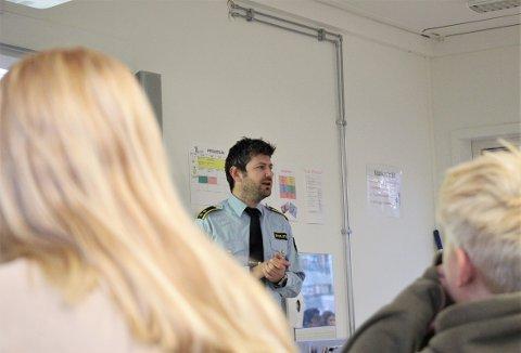 DELBART: Politioverbetjent Jostein Flatebø gikk igjennom hva som er lov og ikke lov når det kommer til deling av nakenbilder på internett. Dette er en del av en nasjonal kampanje som kalles «Delbart?».