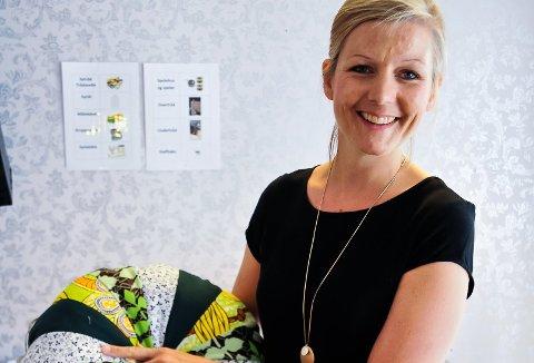 FARGERIK: Puten lærer Maria Andreassen holder i hånden har stoff fra forskjellige land. - Alle putene har en historie.