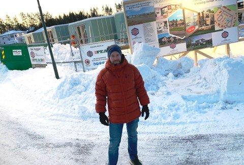 FORNØYD: Salgs- og avdelingsleder hos Peab, Thomas Høiseth, er tilfreds med framdriften. De nye boligene bygges i Siljan.