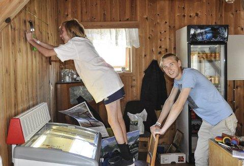 Jobber hardt: Elias Løkka Carville henger opp bilder og jobber hardt med hjelp fra storebror Trygve Løkka Wølner.