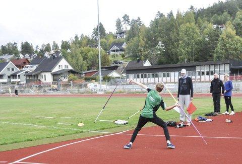 Forskjellige øvelser: Sondre Mork Kasin er engasjert i friidretten og var med på både spyd, 100 meter og høyde på lørdagens stevne.