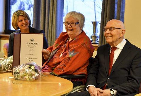 Forslagsstillerne: Torhild Moen mottok H.M. Kongens fortjenstmedalje torsdag, og er her sammen med forslagsstillerne Liv E. Jettestuen og Arne Frantzen.