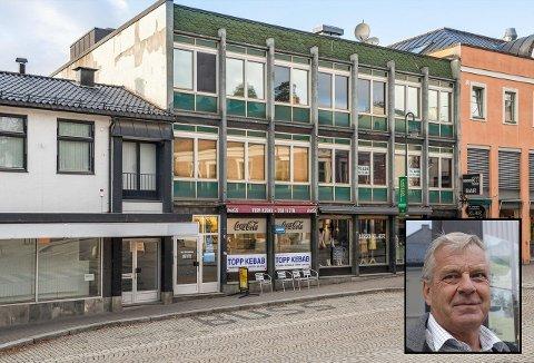 SELGER: Nå skal gårdeier Gunnar Landvik (innfelt) selge sin Storgata 38 midt i byen. Så langt har ikke mekleren fått i noen bud.