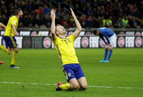 Sverige er klare for fotball-VM på bekostning av Italia. Her ser vi svenskenes Sebastian Larsson feire på San Siro i Milano.