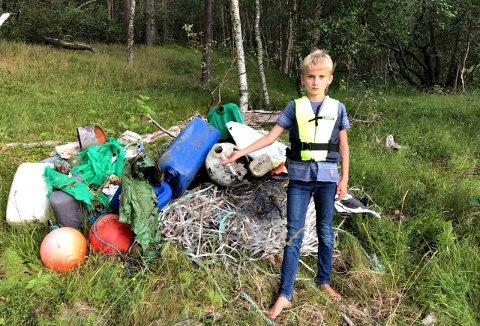 Even Andreas Stokke (10) mener folk som kaster søppel i naturen må ta ansvar. Det som skulle bli årets skattejakt ved hytta i Halsa ble en ren søppeljakt.