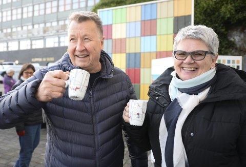 Sikret seg krus: Torbjørn og Solveig Flovikholm var blant dem som møtte opp for å sikre seg årets Stikk Ut-krus på Rådhusplassen i Kristiansund sist uke.