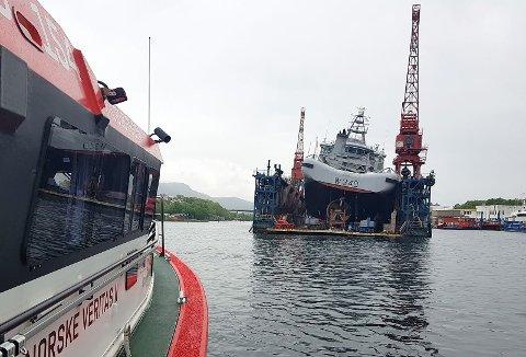 Kystvaktskipet KV Barentshav, som ligger i dokk hos Vegsund Slip på Eidsnes i Ålesund, har fått kraftig slagside og mannskapet er evakuert.