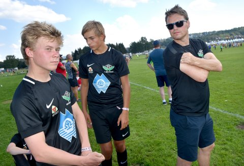 TAP: Simen Frey og Oliver Rustadstuen får instruks av trener Rune Sundsøy, men måtte innse at det åpningskampen i Norway Cup endte med tap 0-1 mot Odda.