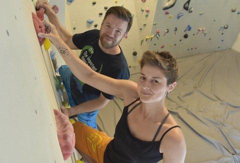 OPP: Hege Fiske og Håvard Håskjold i buldreveggen på klatresenteret på Skei. De har ambisjoner om å ta klatremiljøet på indre Nordmøre til nye høyder.
