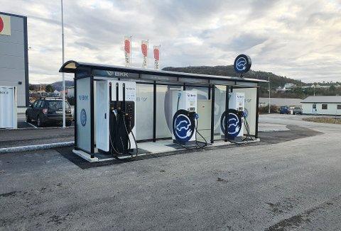 Plass til fire biler: Ladestasjonen som nå er satt opp på Averøya, har fått én lynlader (hvor to kan lade samtidig) og to hurtigladere.