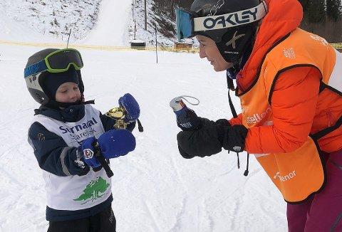 POKAL: Eirik Ian Langli (4) mottar sin første pokal etter deltakelse i klubbmesterskapet i slalåm i Sæterlia i Surnadal Alpinsenter lørdag. Utdeler er Kristin Svendsen Fiske.