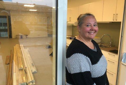 KJEMPEBRA: Enhetsleder Annett Ranes i hjemmetjenesten i Surnadal, konstaterer at de nye omsorgsboligene på Bårdshaugen blir flotte og praktiske. Snart starter tildelingen av leilighetene som er innflyttingsklare i månedsskiftet november/desember.