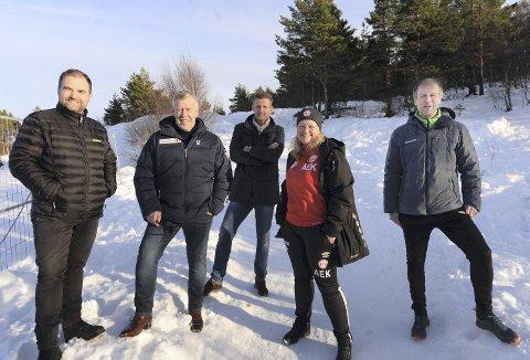 Gleder seg: Eskild Røsand (fra venstre), Odd Einar Folland, Nils Arne Øksenvåg, Anne Eriksen Kongshaug og Hans Mellemsæther håper byggingen av den nye AK-hallen kommer i gang så raskt som praktisk mulig. I beste fall kan hallen stå ferdig før jul.