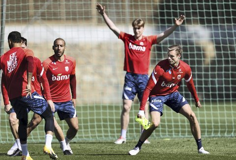 Håper å få sjansen: Stian Rode Gregersen (til høyre) håper på spilletid når Norge den neste uka skal spille tre landskamper. Første mulighet er mot Gibraltar onsdag. Foto: Geir Olsen, NTB