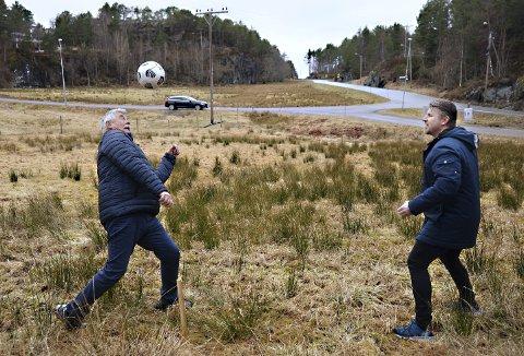 Ildsjeler: Steinar Høgsve (til venstre) er leder i Møst velforening og Henning Lyngvik er leder i Møst ungdomslag. Nå står de sammen for å bygge en ballbinge på Møst. Målet er å være ferdig til våren 2022.