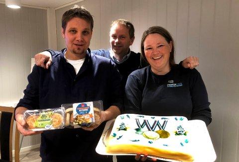 GULL: Linjeleder Helge Rodal, daglig leder Ivar Næss og produksjonsleder Ingunn Romundstad feiret med kaffe og kake etter at det ble både gull og sølv i NM i sjømat på Norsk Kvalitetsmat i Surnadal.