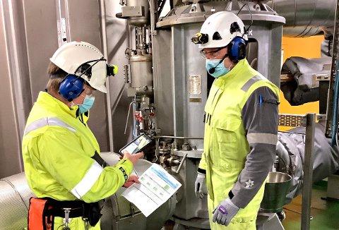 Henrik Althe og Bård Ulseth i Equinor lovpriser den digitale feltarbeideren. - Teknologien gir både økt sikkerhet og økt effektivitet, sier Althe som begge jobber på Åsgard B i Norskehavet.