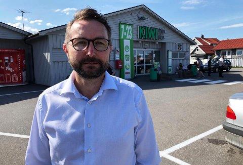 PASSER PÅ: Høyrepolitiker Anders S. Larsen har et stort hjerte for Vear. – Jeg var jo med på å få oss inn i Tønsberg kommune som tidligere leder av Innbyggerlista. Da må jeg sørge for at innbyggerne føler seg tatt vare på, sier han.