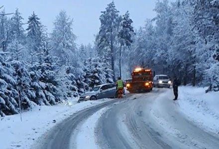 KRONGLETE: Så sent som i januar måtte en bilfører ha hjelp av Viking etter å ha sklidd av Syrbekkveien. Kombinasjonen av skarpe svinger og glatt føre skaper ofte problemer her vinterstid.