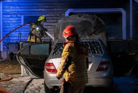 BILBRANN: Her har brannvesenet fått kontroll på bilbrannen på Hell skjærtorsdag. Takket være rask respons fra brannvesenet, samt snarrådighet fra både bileier og naboer, berget man både garasje, hus og personskader.