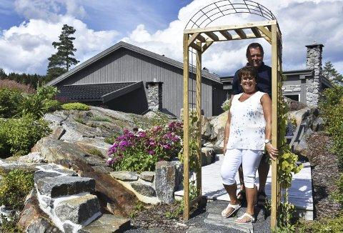 Portal inn i hagen: Den eventyrlige hagen til Lars og Gunn Odrun Rugnes består av mange stier, veier, trapper, platåer, bed, plattinger og vakre plasser å sitte. De har sammen skapt en unik oase de begge stortives med å jobbe og å slappe av i. Foto: Anne dehli