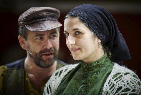 Ektepar på scenen: Tamara Kaarup spiller Golde, som er Tevyes kone. Tevye spilles av Fredrik Schulze-Krog. Forestillingen vises i Arendal kulturhus torsdag, fredag, lørdag og søndag kveld.Foto: Leif G. Andersen