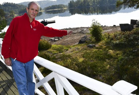 Ser på kartet: Rune Thorbjørnsens eiendom er tegnet opp med «friluftsområde» inn til der han strekker armen sin på bildet på de nye planene til Stærk og Co.