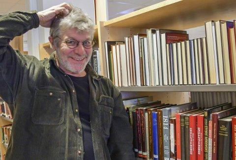 Komplett kaos: - Jeg har aldri funnet det så naturlig å klø meg i hodet som nå, sier biblioteksjef Peter Svalheim etter å ha testet den nye trenden.Foto: Mette Urdahl