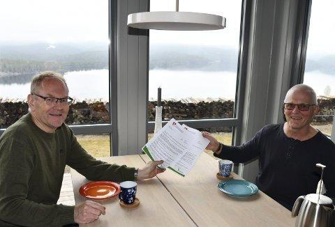 Aller først ut: Ordfører Kjetil Torp reiste på formiddagsbesøk med wienerbrød Vegårsheis første «hytteinnbygger», Arve Hove. Foto: Anne Kristine Dehli