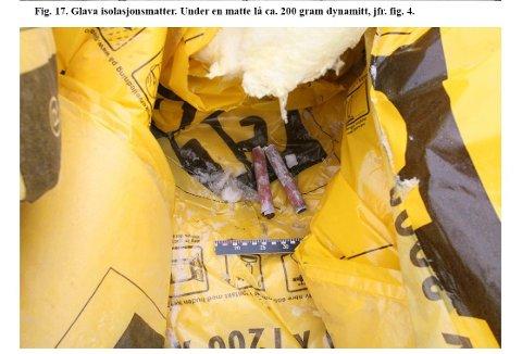 Det tredje funnet: Disse sprengladningene ble funnet på ei glavamatte dagen etter ulykka i Klosbøle, tirsdag 1. mars. Det var da krimtekniker Dag Einar Aas gjorde undersøkelser på ulykkesstedet.