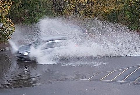 SPRUTER: Vannet spruter rundt når bilene overholder høy fart gjennom vannmassene.  - Det skaper utfordringer for folk som ferdes der, sier beboeren.