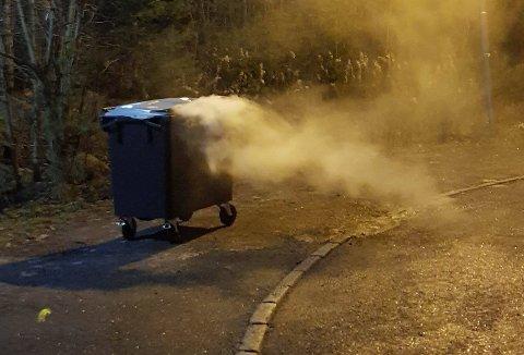 Nødetatene måtte fredag kveld rykke ut til en brann i en søppelcontainer i Son utenfor ungdomsskolen.