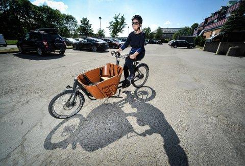 VINTERKLARE: Anna Herbert var en av de som lånte elsykkel på Elsykkelbiblioteket i Rimibygget i fjor sommer. Nå må de som vil låne sykkel til Frivilligsentralen i Støttumveien.