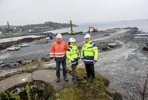 Sjøparken: – Her er vi i full gang med utfylling og spunting for første byggetrinn, sier Øyvind Styrvold (t.v.), Cecilie Sanden og Arne Hermansen.