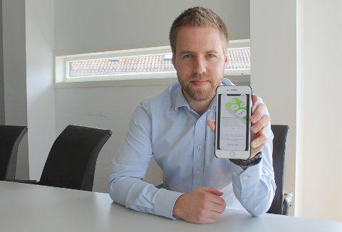 PENGER OG MILJØ: Den nye appen til oppstartsbedriften Spot on Shop AS vil gjøre det lettere å finne billige dagligvarer, samtidig som man reduserer matsvinn og sparer miljøet. Her viser gründer og daglig leder, Bent Sondre Nielsen, applikasjon som snart vil rulle ut på App Store.