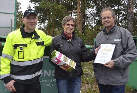 Kartong ble til 10 000 kroner: Solveig Øynes ble trukket ut og vant 10 000 kroner i kartonglotteriet. Premien fikk hun av Henning Alme, t.v., ved FIAS Alvdal og Arve Fossen, rådgiver FIAS.