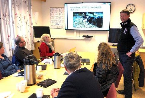 INFORUNDE:Jon Anders Kokkvoll, daglig leder for Femundløpet, til høyre i bildet, var fredag innom formannskapet i Os for å informere om blant annet en ny avtale selskapet han leder har inngått.